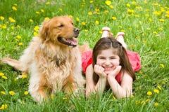 Petite fille et crabot Images stock