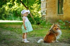 Petite fille et crabot Photo stock