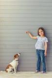 Petite fille et crabot Images libres de droits