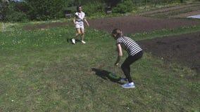 Petite fille et femme jouant avec le disque de vol banque de vidéos