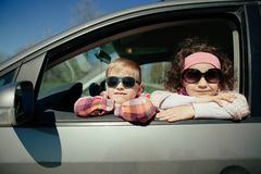 Petite fille et garçon conduisant la voiture Image libre de droits