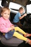 Petite fille et garçon dans le véhicule Photos stock