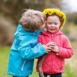 Petite fille et garçon jouant ensemble dans la forêt Photos stock