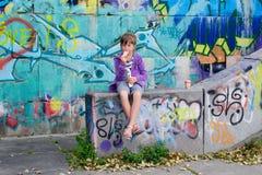 Petite fille et graffiti Image libre de droits