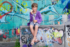Petite fille et graffiti Photos libres de droits