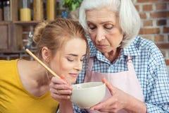 Petite-fille et grand-mère faisant cuire ensemble Photos stock