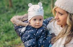 Petite fille et jeune mère au-dessus d'une nature Photo libre de droits