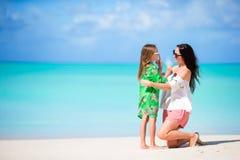 Petite fille et jeune mère sur la plage Amour de parent Photographie stock libre de droits