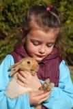 Petite fille et lapin Image libre de droits