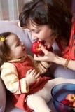 Petite fille et mère avec des pommes Photo stock