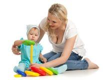 Petite fille et mère avec le pyramidion de couleur Photos libres de droits