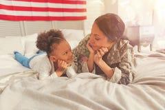 Petite fille et mère regardant l'un l'autre avec amour Images libres de droits