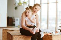 Petite fille et maman posant sur l'appareil-photo Photos libres de droits