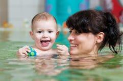 Petite fille et mothe dans la natation Photographie stock