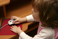 Petite fille et ordinateur Image libre de droits
