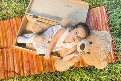 Petite fille et ours de nounours Image stock