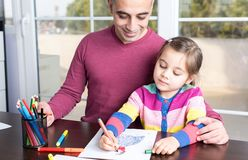 Petite fille et père Drawing Pictures Together images stock
