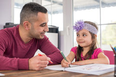Petite fille et père Drawing Pictures Together photo stock