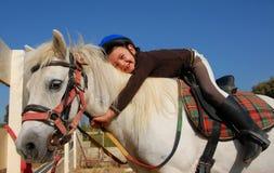 Petite fille et poney d'îles Shetland Images stock