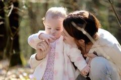 Petite fille et sa mère dans une forêt Image stock