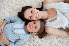 Petite fille et sa mère se trouvant sur l'étage Image stock