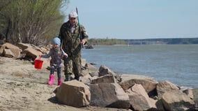 Petite fille et sa pêche allante de grand-père clips vidéos