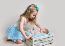 Petite fille et sa soeur nouveau-née images libres de droits