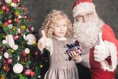 Petite fille et Santa Claus la nuit Noël Photos libres de droits