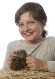 Petite fille et son animal familier cobayes Image stock