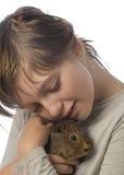 Petite fille et son animal familier un cobaye Image libre de droits