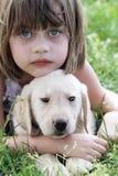 Petite fille et son chiot Image stock
