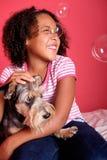 Petite fille et son crabot Photos libres de droits