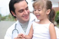 Petite fille et son docteur Photographie stock libre de droits