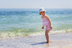 Petite fille exécutant sur la plage images libres de droits
