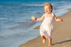 Petite fille exécutant sur la plage Photos libres de droits