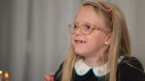 Petite fille expressive racontant l'histoire intéressante clips vidéos