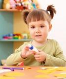 Petite fille faisant des arts et des métiers dans l'école maternelle photos stock