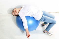 Petite fille faisant des exercices avec image stock