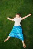 Petite fille faisant l'exercice de yoga Photographie stock