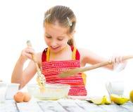Petite fille faisant la pâte images libres de droits