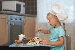 Petite fille faisant la pâte dans une forme de volcan photos libres de droits