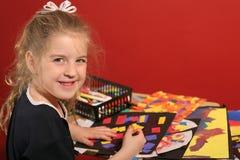 Petite fille faisant les arts et le métier image stock