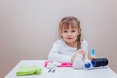 Petite fille faisant un bonhomme de neige de jouet Photos libres de droits