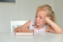 Petite fille fatiguée Image libre de droits