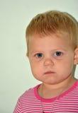 Petite fille gaie blonde à la maison Image libre de droits