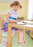 Petite fille gaiement de sourire photographie stock libre de droits
