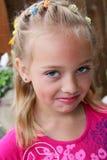 Petite fille grincheuse dans le rose. Image libre de droits