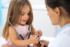 Petite fille heureuse à l'examen de santé au bureau de docteur Concept de médecine et de soins de santé images libres de droits