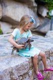 Petite fille heureuse adorble avec la petite tortue Image stock