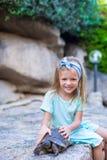 Petite fille heureuse adorble avec la petite tortue Photographie stock libre de droits